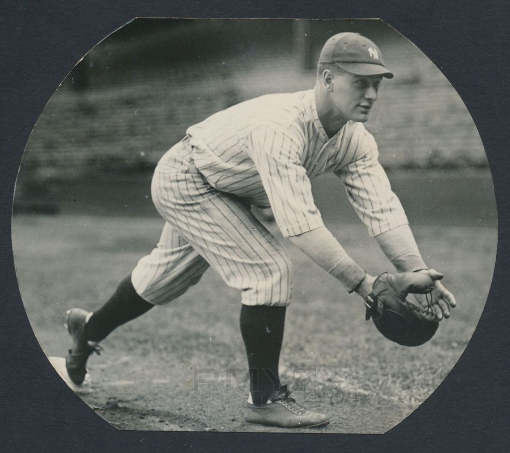 1925 Lou Gehrig fielding photo