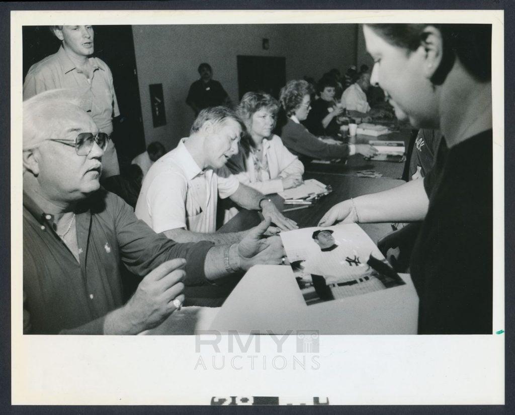 Mantle signs autographs 1989